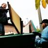 Requisiten-Lager wird aufgelöst. Karl-Heinz Weithmann im Container, der Vorstand Günter Fahrenschon reicht zu ...