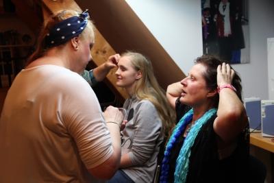 Angelika Böck wird gleich von Angelika Sanft geschminkt, links Franziska Kratschmann