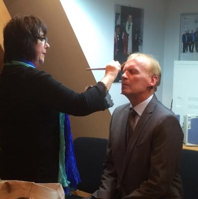 Christopf Koßbiel wird von Renate Kirsch geschminkt